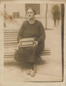 Mujer caja galletas